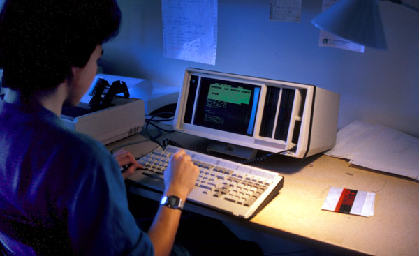 Arbeiten an der Schülerzeitung am Vicky-Computer, 1987